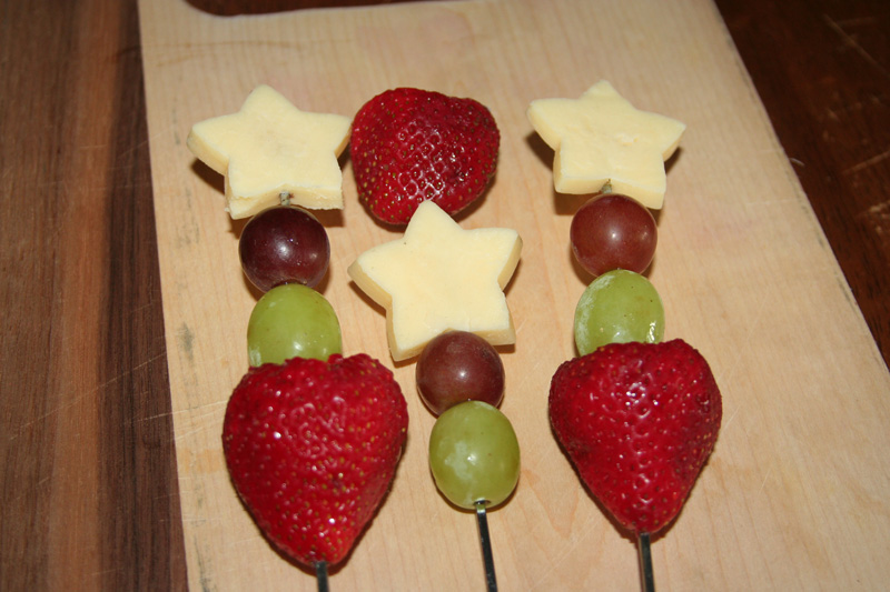 4th-of-July-Menu_Full-of-Days_Fruit-and-Cheese-Kabobs